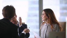 争执在合同期的商务伙伴在小组交涉时 股票录像