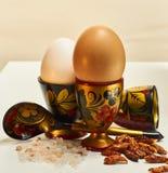 五颜六色的装煮好带壳蛋之小杯用鸡蛋、匙子、盐和辣椒 免版税库存照片