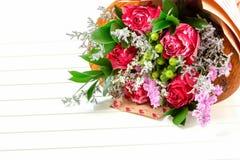 五颜六色的花新鲜,豪华的花束在白色背景的 生日快乐、情人节或者妇女的天8次行军概念 免版税库存图片
