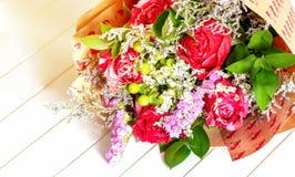 五颜六色的花新鲜,豪华的花束在白色背景的 生日快乐、情人节或者妇女的天8次行军概念 免版税图库摄影