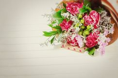 五颜六色的花新鲜,豪华的花束在白色背景的 生日快乐、情人节或者妇女的天8次行军概念 库存照片