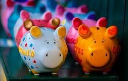 五颜六色的陶瓷猪形状模仿者 免版税库存图片