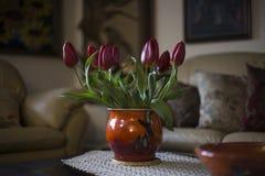 仍然lifewith红色郁金香花花束在屋子内部里 库存照片