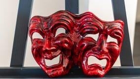 代表喜悦和悲伤的红色狂欢节面具 库存照片