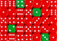 任意被定购的红色背景切成小方块与四个绿色立方体 免版税库存照片