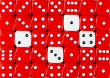 任意被定购的红色背景切成小方块与四个白色立方体 库存图片