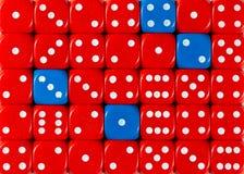 任意被定购的红色背景切成小方块与四个蓝色立方体 免版税库存图片