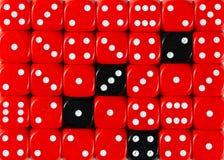 任意被定购的红色背景切成小方块与四个黑立方体 免版税库存图片