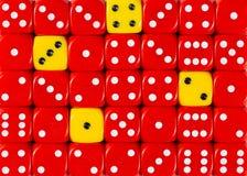 任意被定购的红色背景切成小方块与四个黄色立方体 图库摄影