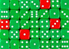 任意被定购的绿色背景切成小方块与四个红色立方体 免版税库存照片