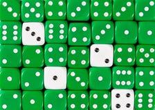 任意被定购的绿色背景切成小方块与四个白色立方体 图库摄影