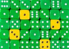 任意被定购的绿色背景切成小方块与四个黄色立方体 免版税库存图片