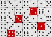 任意被定购的白色背景切成小方块与四个红色立方体 免版税库存照片
