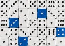 任意被定购的白色背景切成小方块与四个蓝色立方体 免版税库存照片