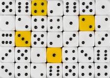 任意被定购的白色背景切成小方块与四个黄色立方体 库存照片