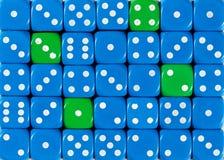 任意被定购的蓝色背景切成小方块与四个绿色立方体 库存照片