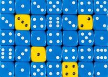 任意被定购的蓝色背景切成小方块与四个黄色立方体 免版税图库摄影