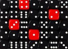 任意被定购的黑色背景切成小方块与四个红色立方体 免版税库存照片