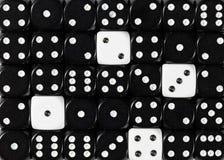 任意被定购的黑色背景切成小方块与四个白色立方体 库存图片