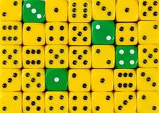任意被定购的黄色背景切成小方块与四个绿色立方体 库存图片
