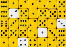 任意被定购的黄色背景切成小方块与四个白色立方体 免版税库存照片