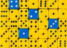 任意被定购的黄色背景切成小方块与四个蓝色立方体 库存图片