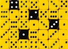 任意被定购的黄色背景切成小方块与四个黑立方体 库存照片