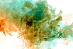 从与颜色分子的一个平抑物价的vape呼气的五颜六色的蒸汽从黄色到在白色背景的蓝色象a 免版税库存照片