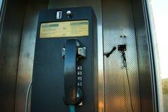 从一个电话亭的电话黑白的 免版税库存照片
