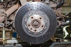 从一辆穿孔的车的陶瓷闸圆盘有在车的插孔登上的一个浮动登上的系统的在升级期间 免版税库存图片