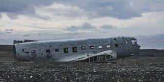 从右边的飞机击毁 在冰岛在夏天 库存图片