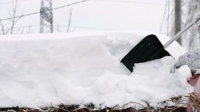 从屋顶去除随风飘飞的雪 影视素材