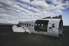 从左边的飞机击毁 在冰岛在夏天 免版税库存图片