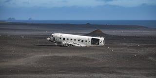 从左边的飞机击毁 在冰岛在夏天 免版税库存照片