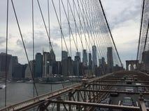 从布鲁克林大桥看的曼哈顿下城地平线 免版税库存照片