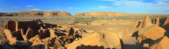 从崩落的岩石概要的镇东方狐鲣,Chaco峡谷全国历史公园,新墨西哥 免版税库存照片