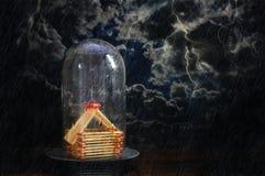 从比赛的议院报道在玻璃圆顶下反对黑暗的风雨如磐的天空用闪电,不动产的保险概念 图库摄影