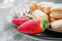 从油酥点心的薄煎饼用草莓,欧洲自创 茶的自创饼干 特写镜头 库存照片