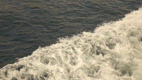 从海汽艇的泡沫似的碰撞的波浪 顶视图慢动作,充分的HD录影,240fps,1080p 股票视频