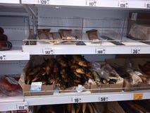 从熏制的鱼的鱼制品与价牌在商店链子超级市场玛丽亚镭的显示在新西伯利亚 库存照片