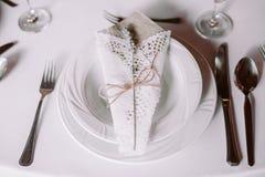从顶视图的葡萄酒白色婚姻的碗筷 库存照片