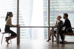 介绍谈话与hr经理的亚裔申请人在面试 免版税图库摄影