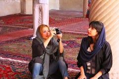 伊朗摄影师和模型与典型的礼服 免版税库存照片