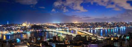 伊斯坦布尔老零件全景在晚上 免版税库存照片
