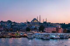 伊斯坦布尔金黄垫铁海湾视图 伟大的Suleymaniye清真寺在背景中 库存照片