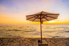 伞和椅子与枕头在海滩和海附近美好的风景  库存照片