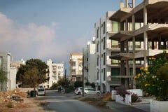 住宅区的看法与新的大厦的在凯里尼亚的中心包括建设中 免版税库存照片