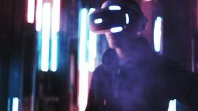 佩带在雾的庄稼人VR耳机移动的手 股票录像