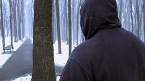 佩带敞篷的人跑步在一寒冷冬天多雪的天户外 回到视图 诱导 隐藏的表面 股票视频