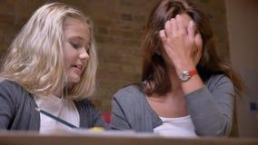 使一致和互动互相的年轻母亲和她的小俏丽的女儿特写镜头画象在舒适 股票视频